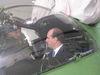 Americký veľvyslanec R. M. Valle si za asistencie veliteľa LZ M. Korbu (vľavo) po prvýkrát vyskúšal pobyt v kokpite helikoptéry