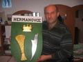 Starosta obce Hermanovce Rudolf Šeliga vysvetľuje, z čoho je zložený obecný erb, ktorý symbolizuje predovšetkým to, že obyvatelia sa v tejto dedine oddávna živili poľnohospodárstvom. (foto: TASR)