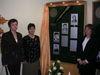 Manželky trojice zosnulých policajtov pred pamätnou tabuľou (zľava Marta Romanová, Marta Šalamonová a Monika Čisáriková)
